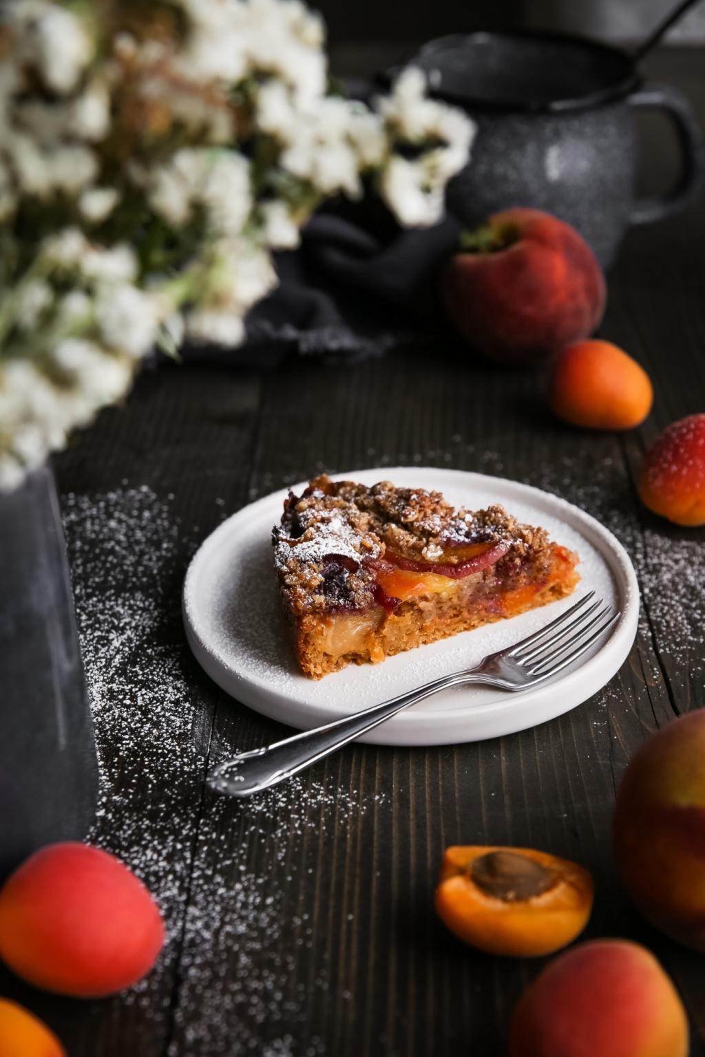 Letný broskyňový koláč s ovsenou posýpkou