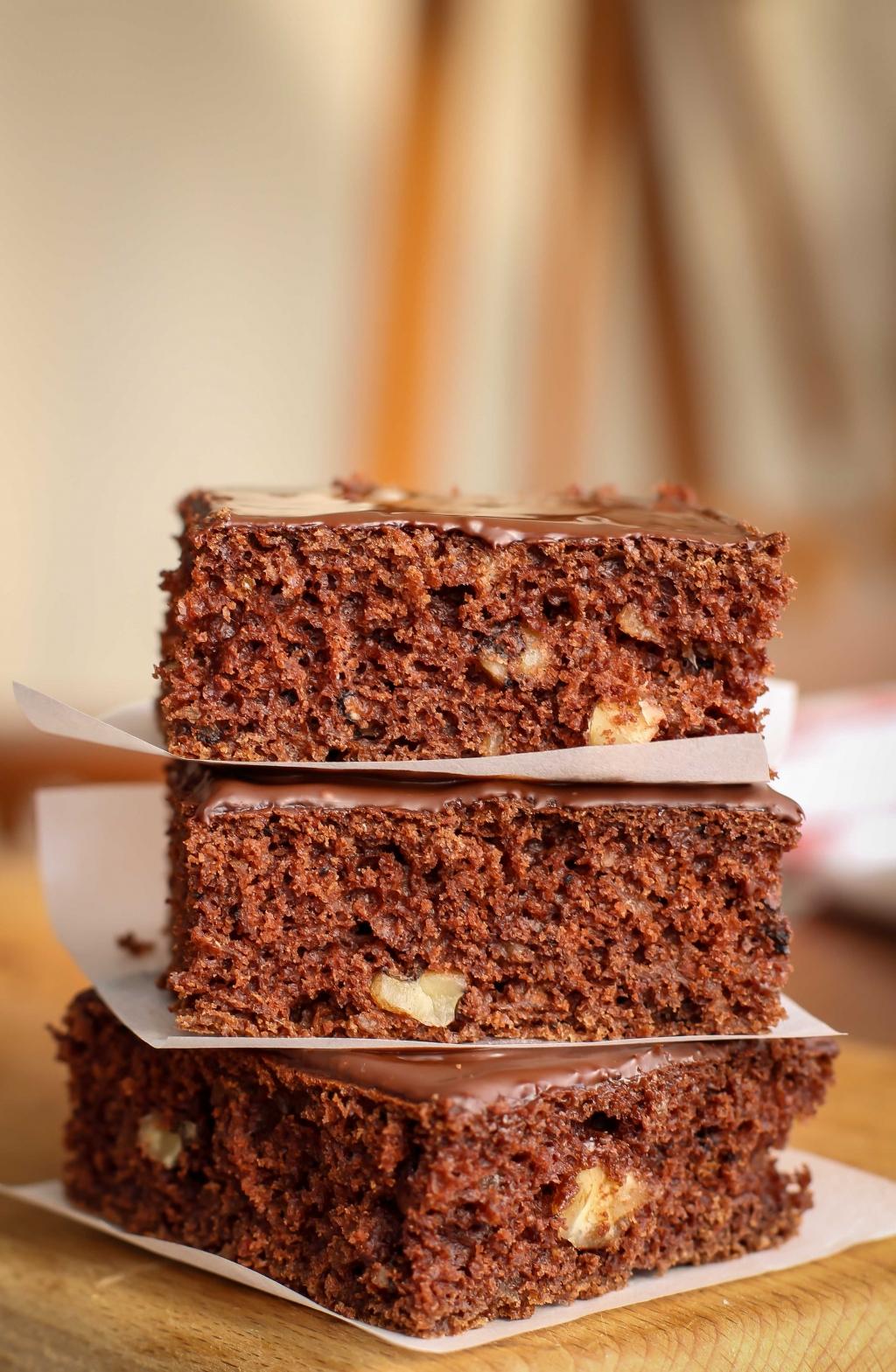 Cukinový perník s orechmi, malinovým lekvárom a čokoládovou polevou